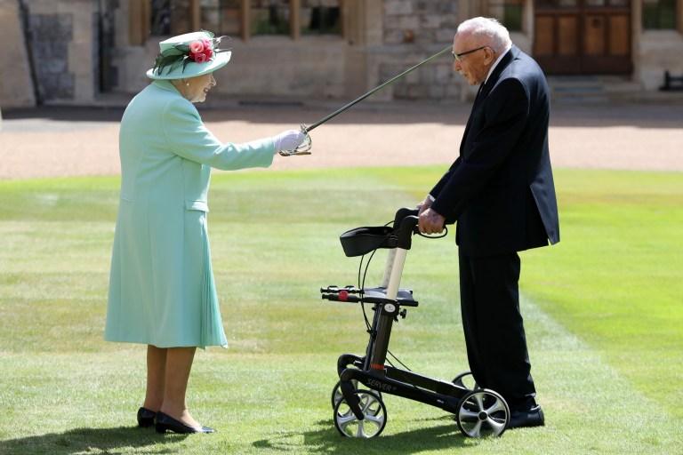 koningin en sir Tom moore